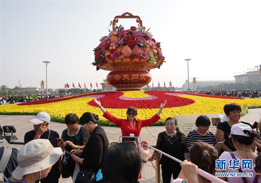 (社会)(2)北京:天安门广场游人如织