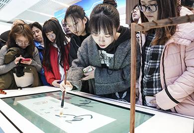 """""""伟大的变革——庆祝改革开放40周年大型展览""""周末观众多"""