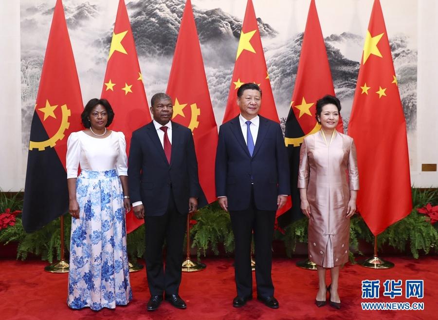 10月9日,国家主席习近平在北京人民大会堂同安哥拉总统洛伦索举行会谈。这是习近平和夫人彭丽媛同洛伦索夫妇合影。 新华社记者谢环驰摄