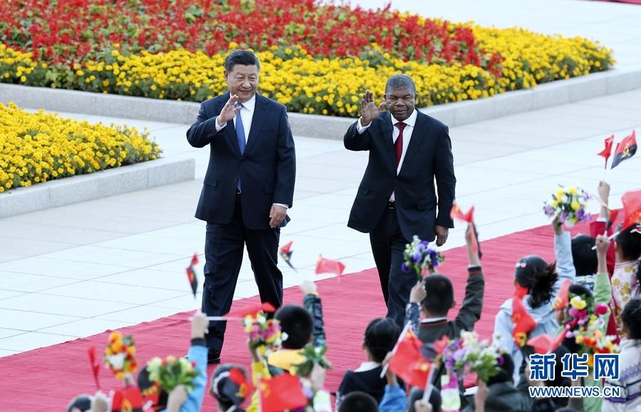 10月9日,国家主席习近平在北京人民大会堂同安哥拉总统洛伦索举行会谈。这是会谈前,习近平在人民大会堂东门外广场为洛伦索举行欢迎仪式。 新华社记者姚大伟摄