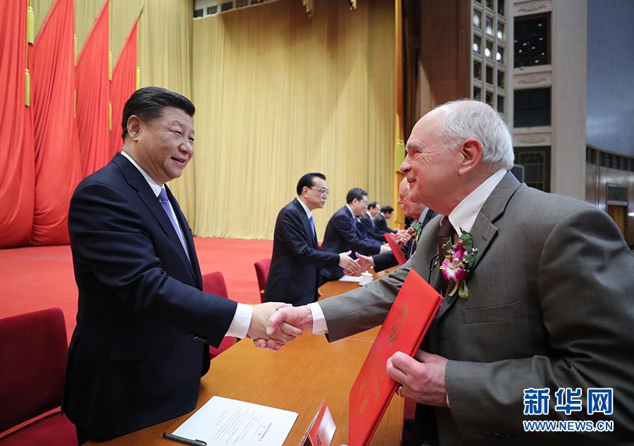 《中共中央国务院隆重举行国家科学技术奖励大会 习近平出席大会并为最高奖获得者等颁奖》