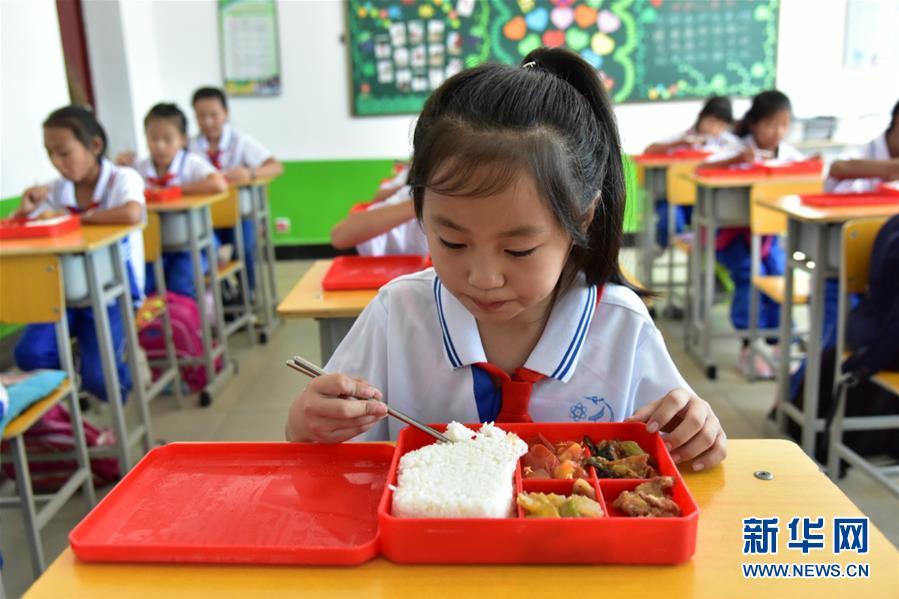 (在习近平新时代中国特色社会主义思想指引下——新时代新作为新篇章·总书记关心的百姓身边事·图文互动)(1)一蔬一饭都是爱——3700万农村娃的营养餐故事