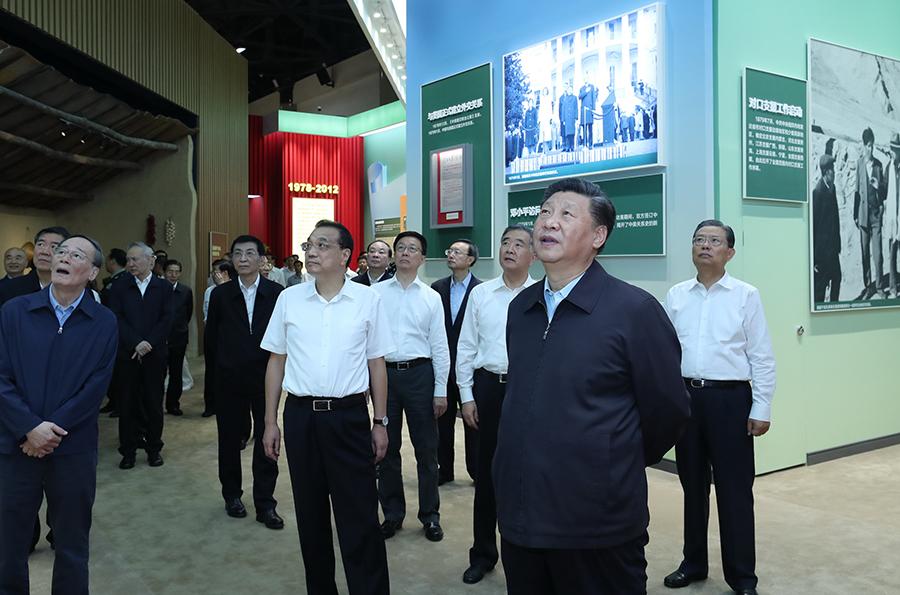 """习近平在参观""""伟大历程 辉煌成就——庆祝中华"""