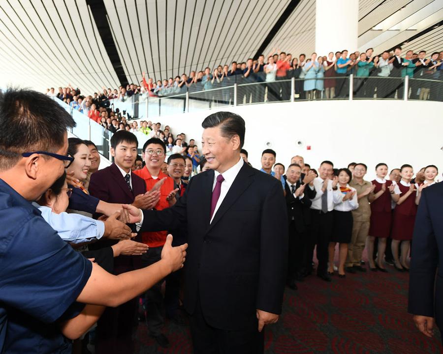 早在2017年2月,习近平总书记就考察过建设中的北京新机场。新机场安置房、主航站楼建设工地、工程指挥部等地都留下他的足迹。习近平说,新机场建设非常重要,是北京发展和京津冀协同发展的需要。他还提出具体要求,新机场建设要创造一流经验,为我国基础设施建设打造样板。