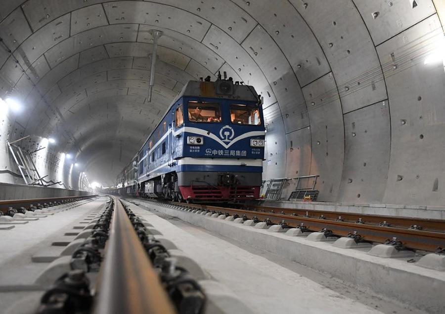 """前不久,京张高铁实现全线轨道贯通,开启了世界智能高铁的先河,成为中国铁路从""""落后""""走向""""引领""""的见证。"""