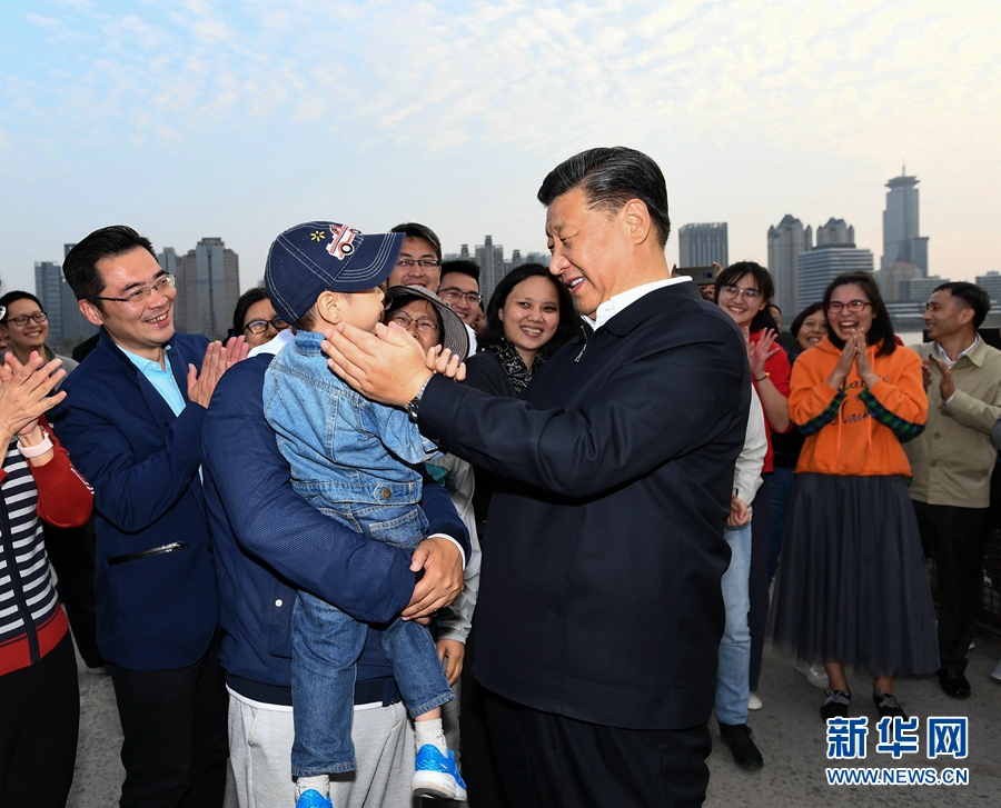 习近平来到杨浦滨江公共空间杨树浦水厂滨江段,同正在这里休闲健身的群众亲切交谈。