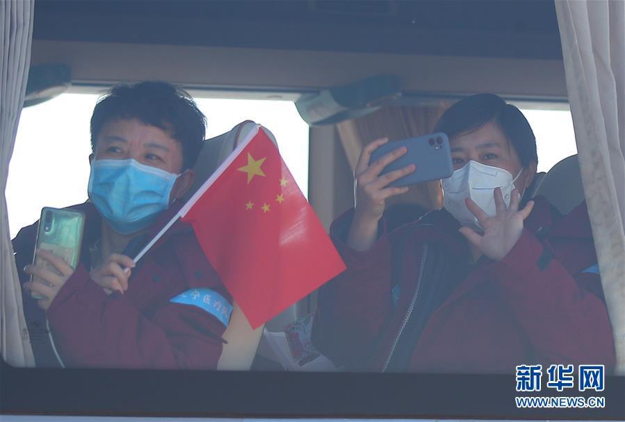 (在习近平新时代中国特色社会主义思想指引下——新时代新作为新篇章·习近平总书记关切事·图文互动)(3)给你最温暖的拥抱——保护关心爱护抗疫一线医务人员在行动