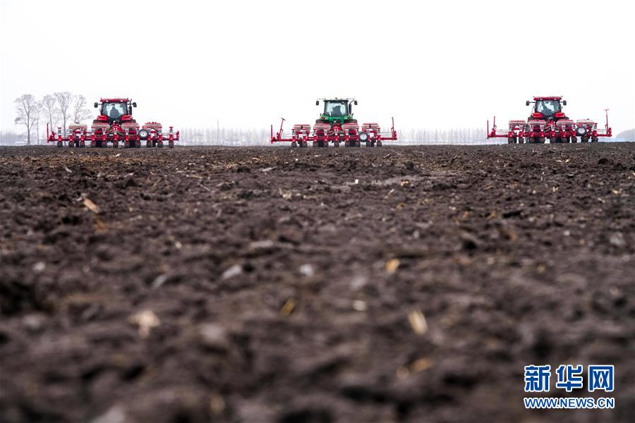 """(在习近平新时代中国特色社会主义思想指引下——新时代新作为新篇章·习近平总书记关切事·图文互动)(2)让农民挑上""""金扁担""""——农业现代化的生动实践扫描"""
