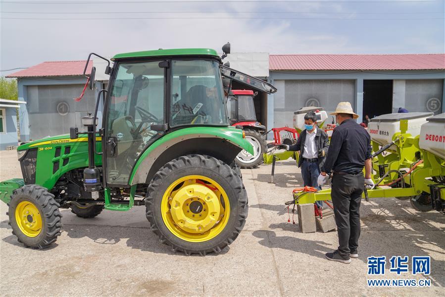 """(在习近平新时代中国特色社会主义思想指引下——新时代新作为新篇章·习近平总书记关切事·图文互动)(7)让农民挑上""""金扁担""""——农业现代化的生动实践扫描"""