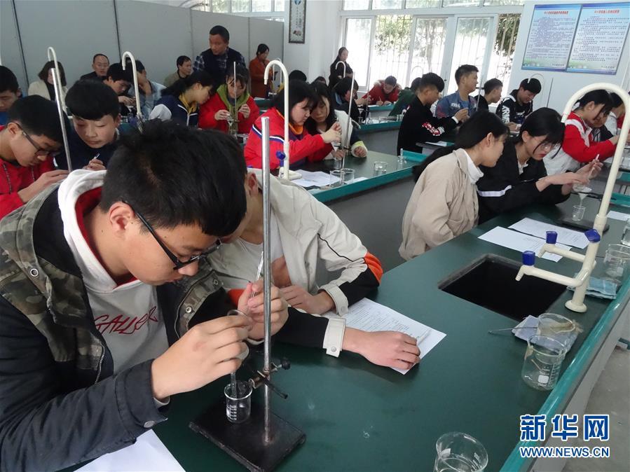 """(新华全媒头条·图文互动)(5)""""美丽的中国梦属于你们""""——以习近平同志为核心的党中央关心少年儿童工作纪实"""