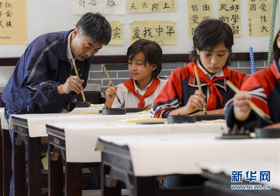 """(新华全媒头条·图文互动)(10)""""美丽的中国梦属于你们""""——以习近平同志为核心的党中央关心少年儿童工作纪实"""