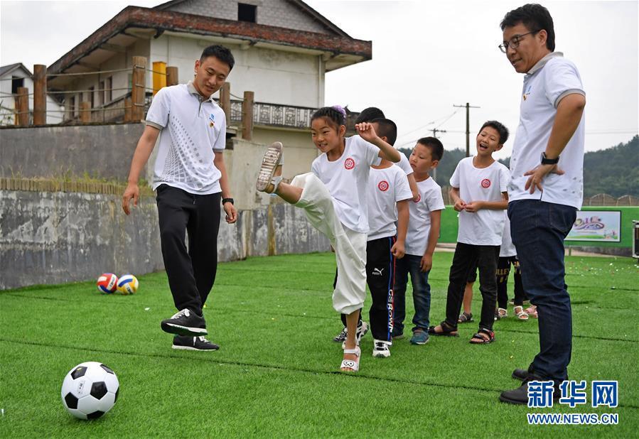 """(新华全媒头条·图文互动)(9)""""美丽的中国梦属于你们""""——以习近平同志为核心的党中央关心少年儿童工作纪实"""