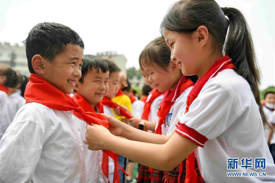 """(新华全媒头条·图文互动)(2)""""美丽的中国梦属于你们""""——以习近平同志为核心的党中央关心少年儿童工作纪实"""