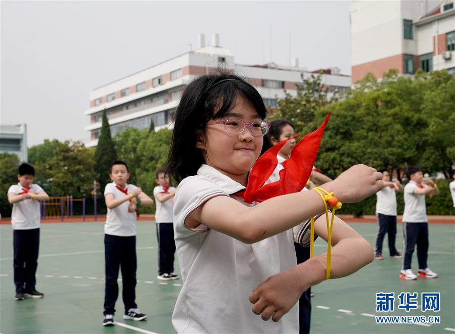 """(新华全媒头条·图文互动)(19)""""美丽的中国梦属于你们""""——以习近平同志为核心的党中央关心少年儿童工作纪实"""