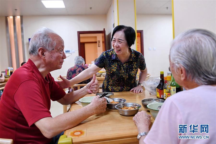 """(習近平的小康故事·新華網·圖文互動)(3)""""讓所有老年人都能有一個幸福美滿的晚年""""——習近平和尊老養老的故事"""
