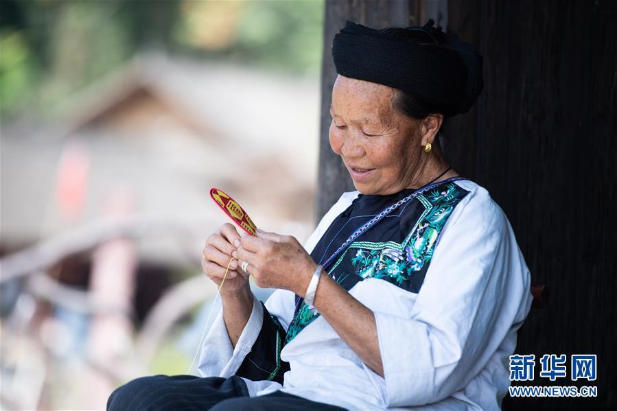 """(習近平的小康故事·新華網·圖文互動)(4)""""讓所有老年人都能有一個幸福美滿的晚年""""——習近平和尊老養老的故事"""