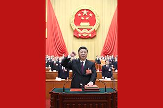 新当选的国家主席、中央军委主席习总书记进行宪法宣誓