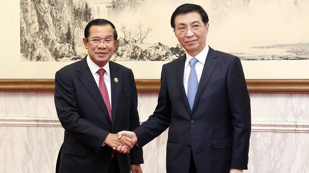 王滬寧會見柬埔寨首相洪森