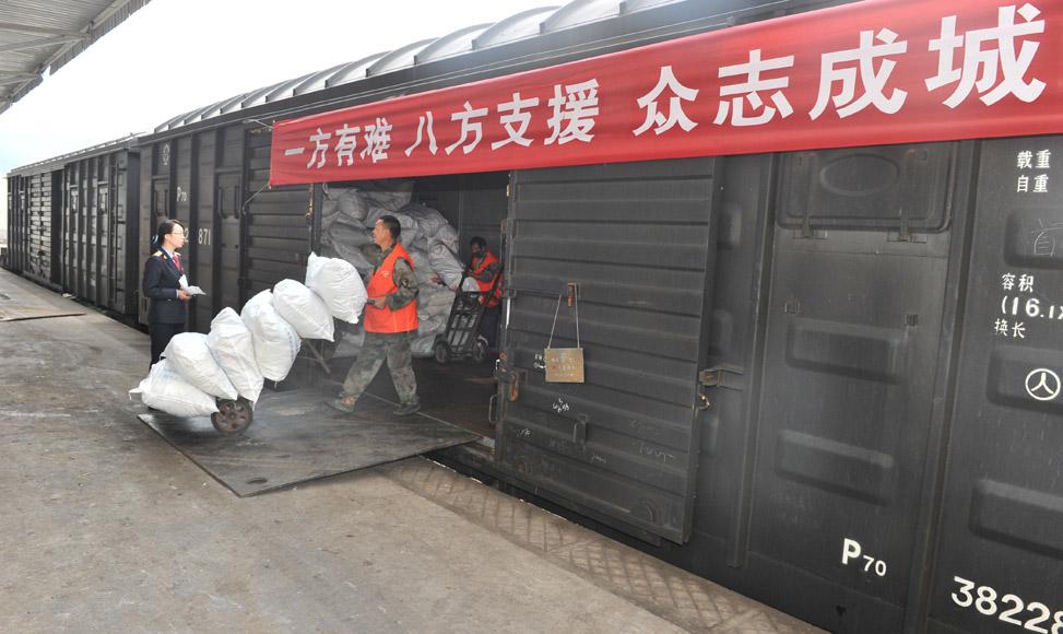 8月5日,工作人員在昭通火車站將救災衣物卸車。