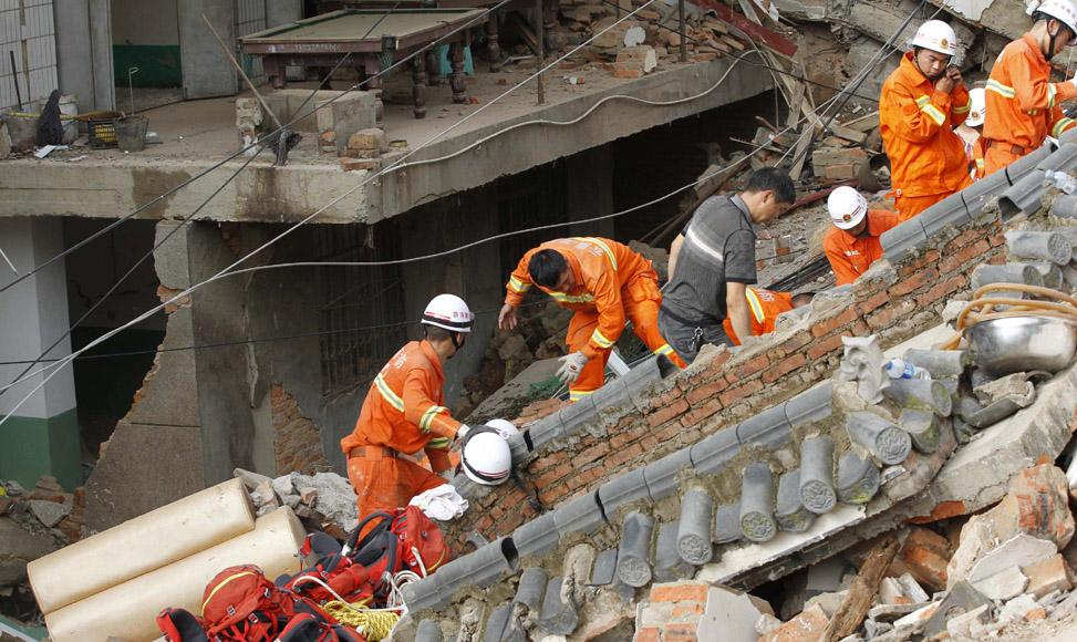 8月5日,救援人員在雲南省魯甸縣龍頭山鎮進行救援。