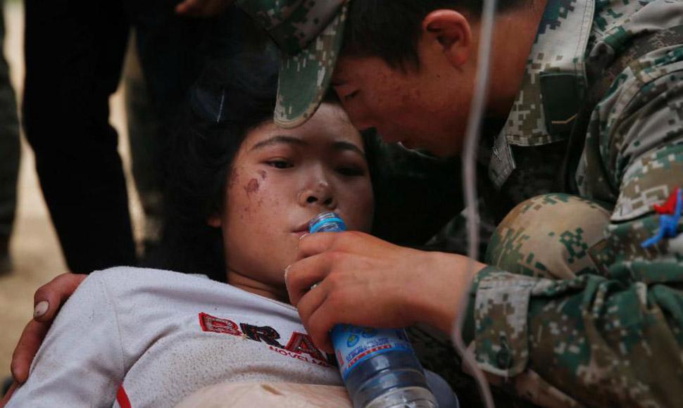 解放軍為受傷女孩喂水