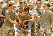 救援人員在震中魯甸縣龍頭山鎮轉移傷員