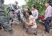 災民下跪感謝解放軍戰士為他們送來食物