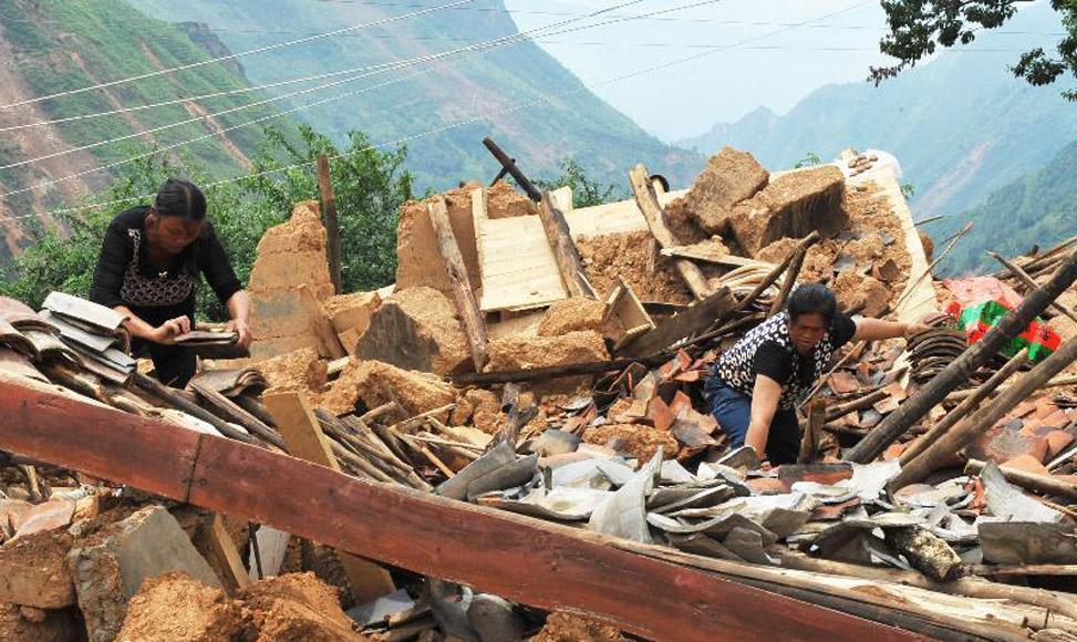 受災村寨村民自救清理廢墟