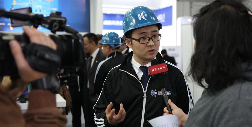 安全企業工程師在接受電視臺記者採訪