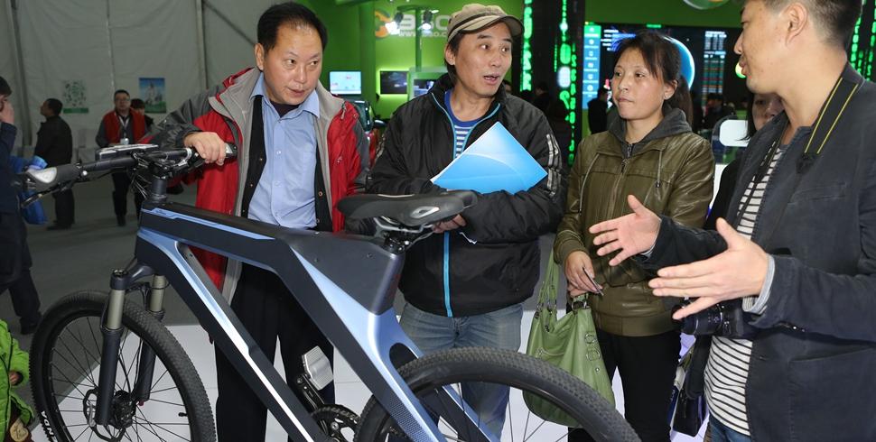 很多人都對百度展臺前的自行車充滿好奇