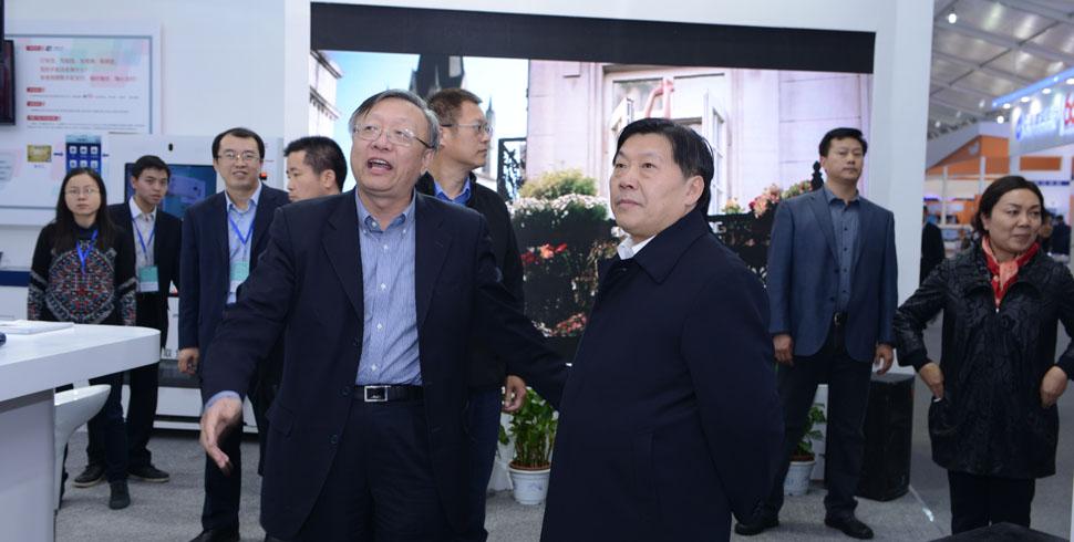 魯煒部長參觀中國銀聯展臺
