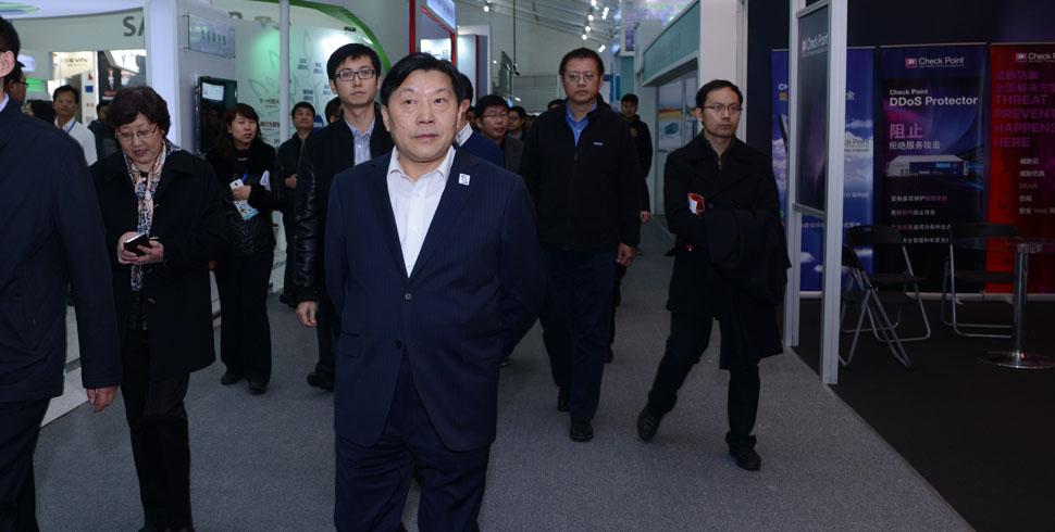 魯煒部長視察網絡安全公眾體驗展現場