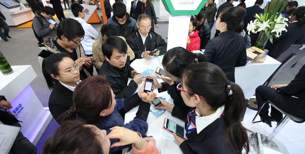 群眾紛紛拿出手機想讓工作人員檢測其安全性