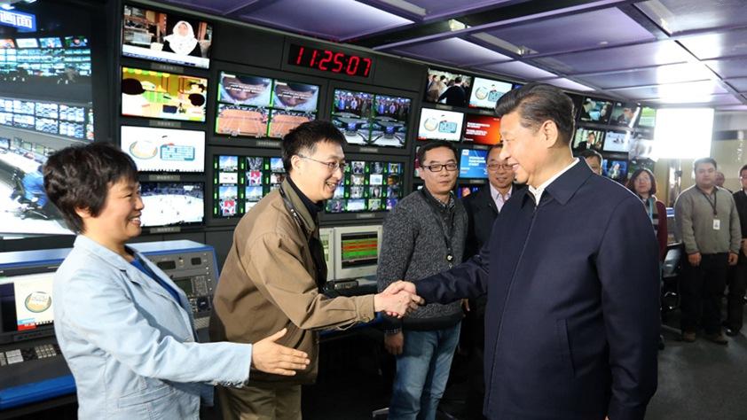習近平在中央電視臺總控中心同工作人員親切握手