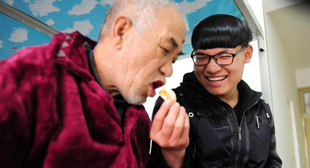 """""""孝心男孩""""趙德龍:帶著癱瘓父親上大學"""