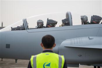 中國航空工業梟龍雙座戰鬥教練機01架在成都首飛