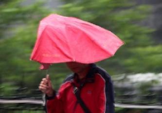 北京早高峰降雨 行人冒雨出行