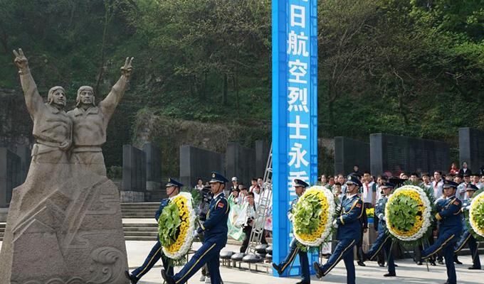 南京:各界人士憑吊抗日航空烈士