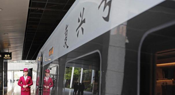 """上海站首开""""复兴号""""京沪高铁列车"""