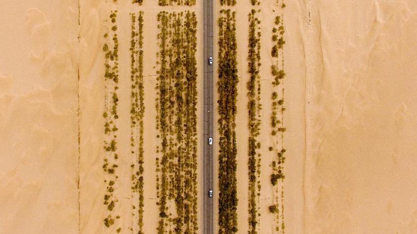 """公路在""""死亡之海""""裏延伸"""
