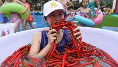 重慶民眾高溫天氣挑戰浸泡辣椒水