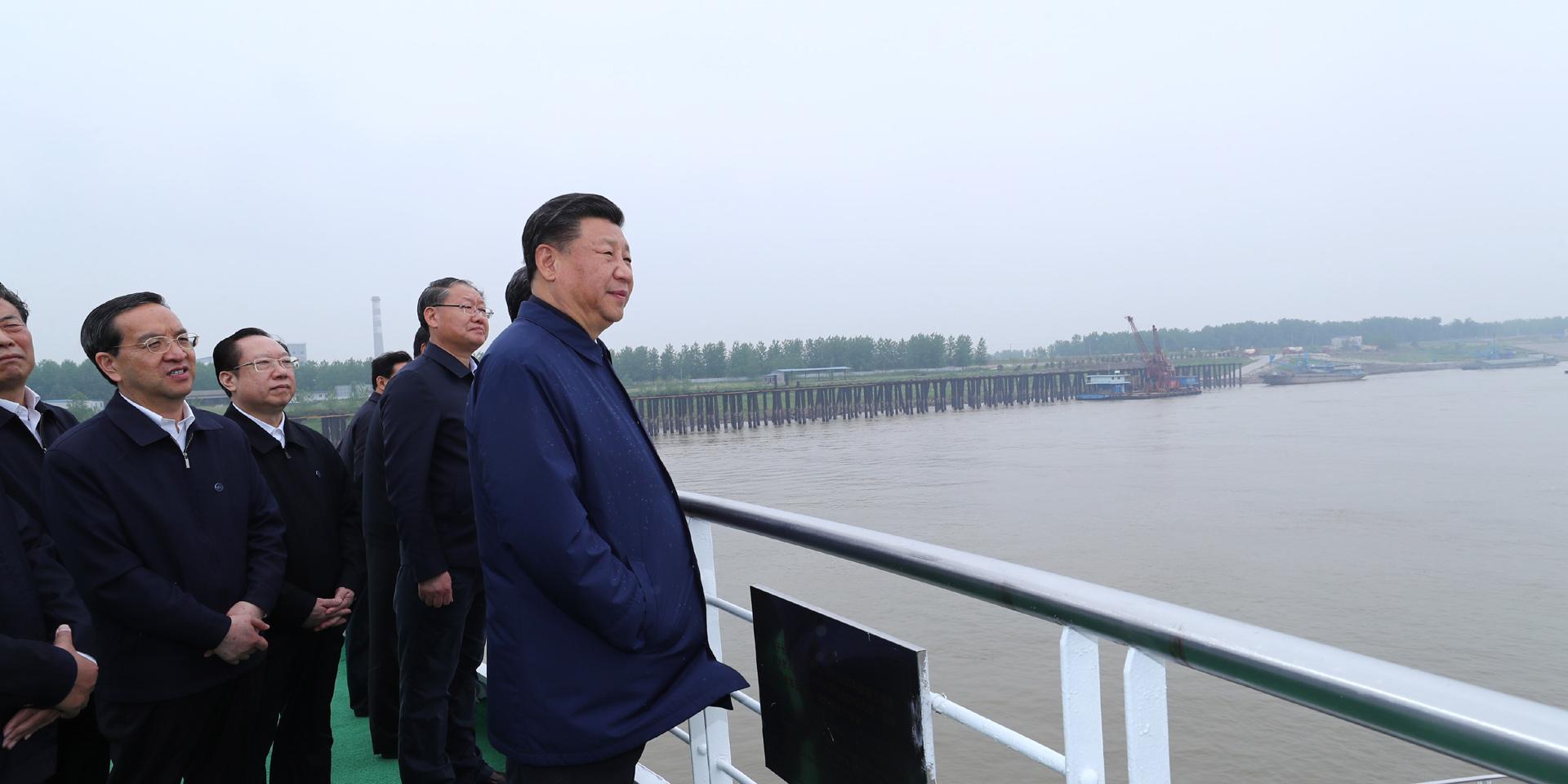 实施长江经济带发展战略要加大力度。