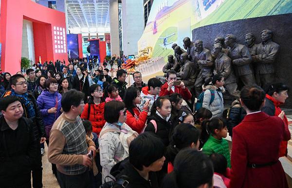 庆祝改革开放40周年大型展览吸引众多参观者