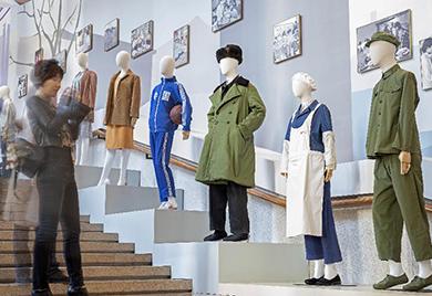 """观众在改革开放40年""""群众服装变化""""展区拍照"""