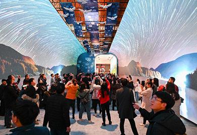 """观众在展览上参观""""大美中国""""影像长廊"""