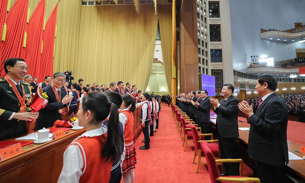 習近平等鼓掌向受表彰人員表示祝賀