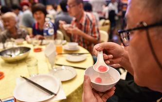 馬來西亞舉行吃湯圓迎冬至活動