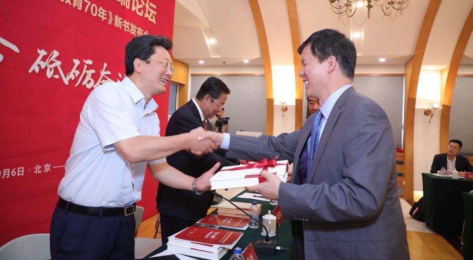 本书主编曾天山向教育部高教司副司长徐青森赠书