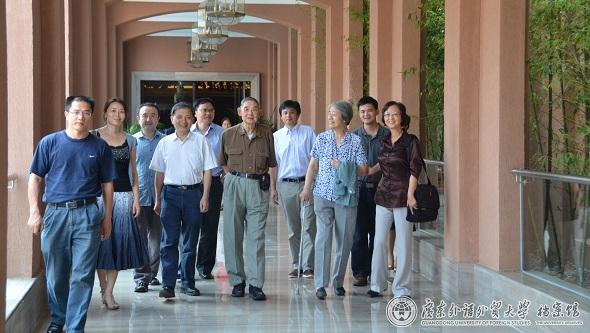 桂诗春与中青年教师在一起
