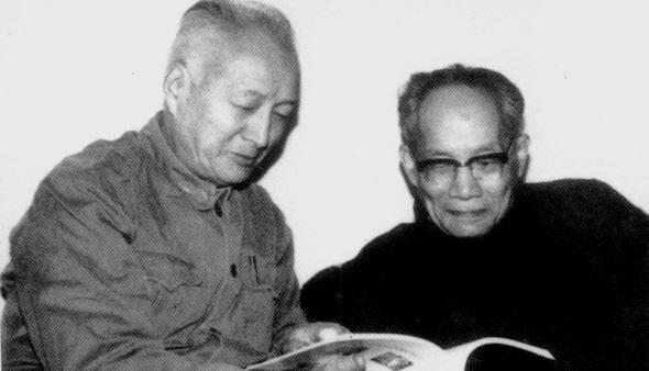 20世纪80年代,李赋宁与许国璋教授一起讨论问题